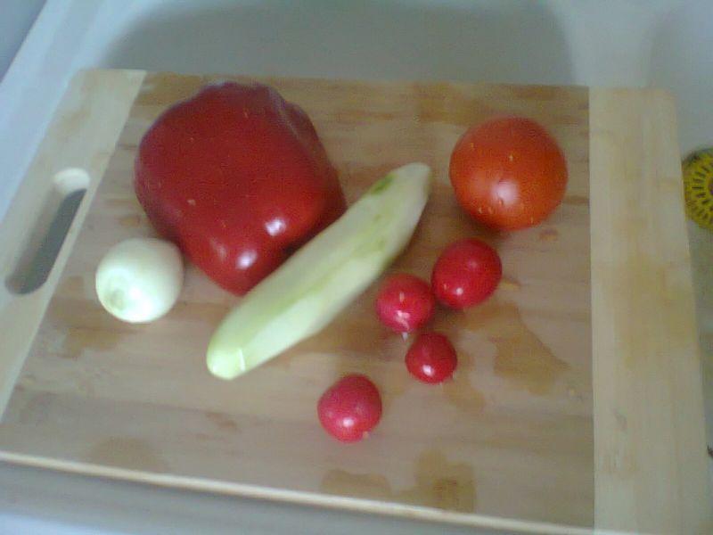 Kolorowa sałatka z tortellini i żółtym serem