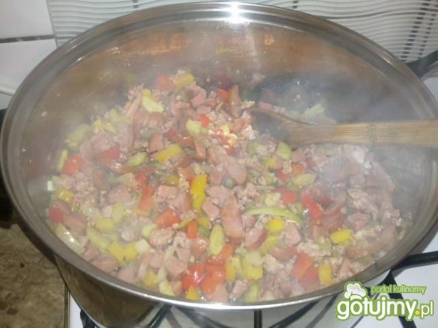 Kolorowe leczo z mięsem i warzywami