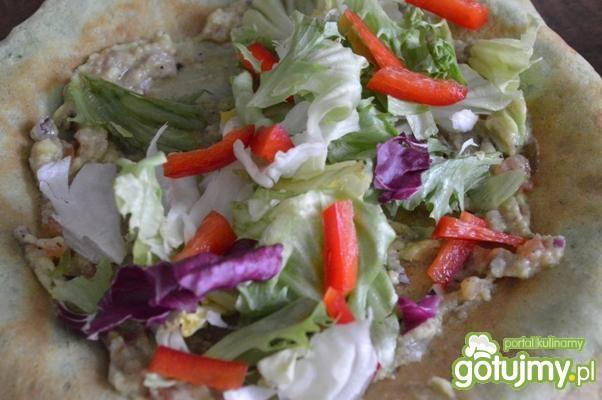 Kolorowe naleśniki z warzywami i sosem