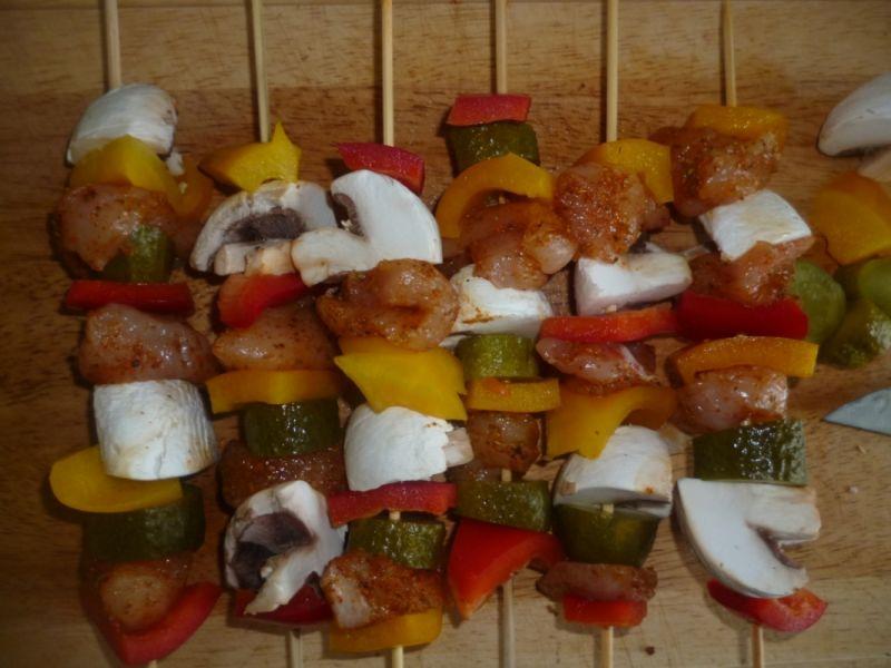 Kolorowe szaszłyki w ziołowym cieście