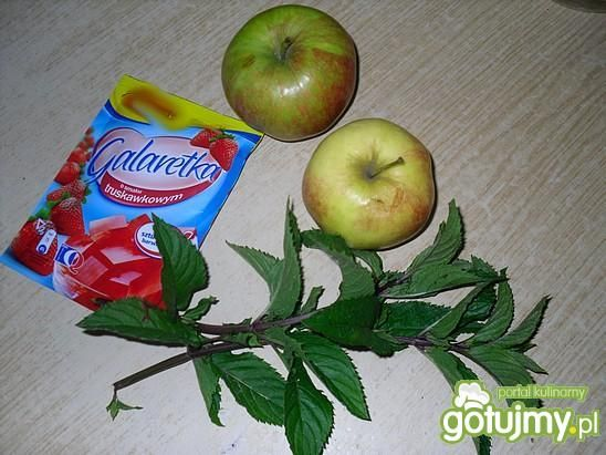 Kompot jabłko-mięta o smaku truskawki