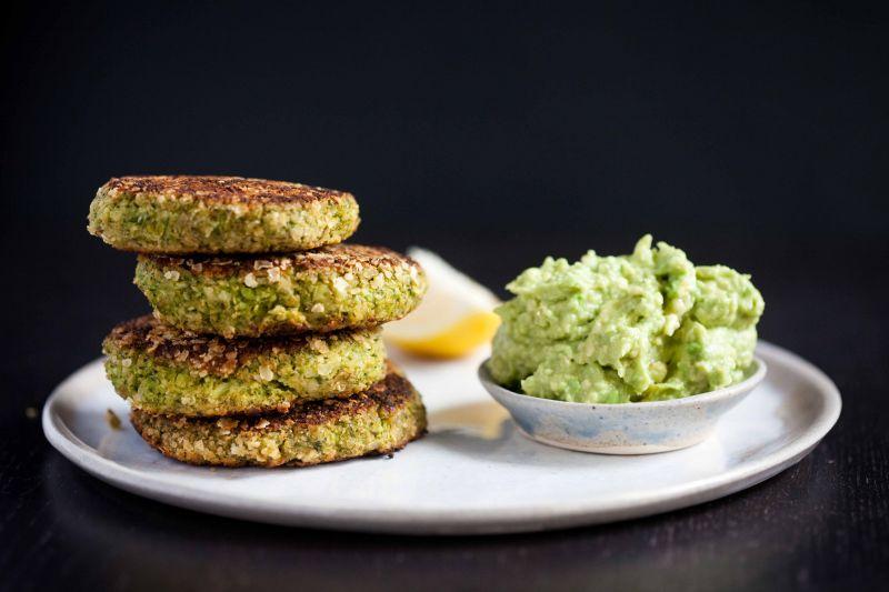 Kotleciki z brokuła i ciecierzycy z guacamole