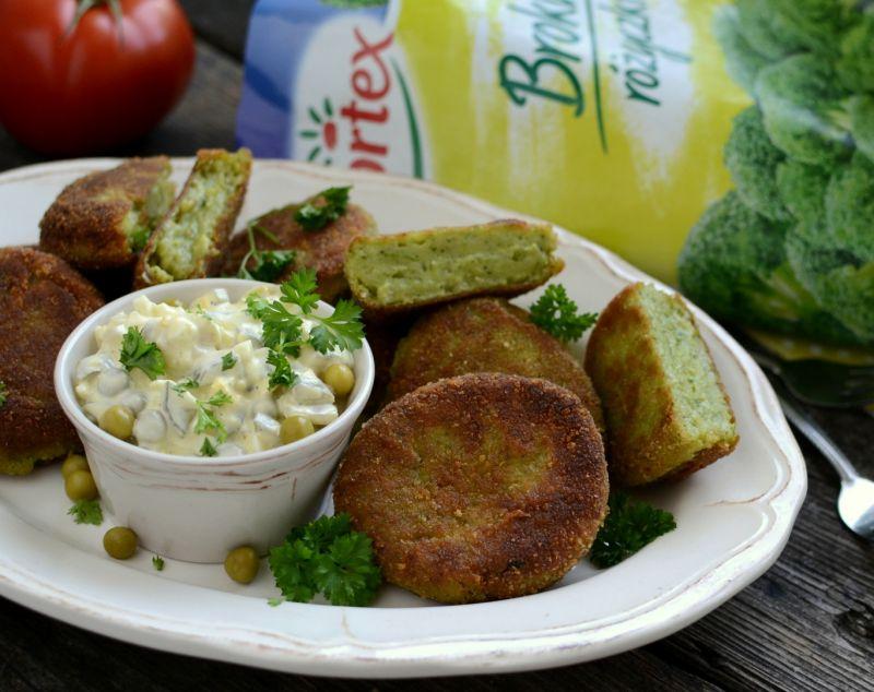 Kotlety brokułowe z sosem tatarskim