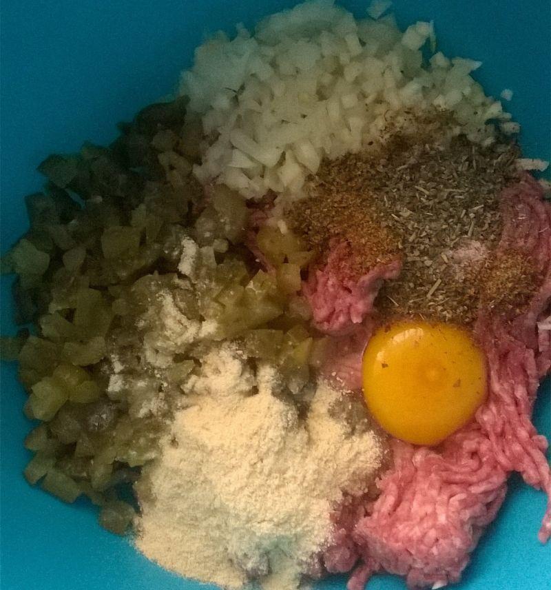 Kotlety mielone wołowe z ogórkiem kiszonym