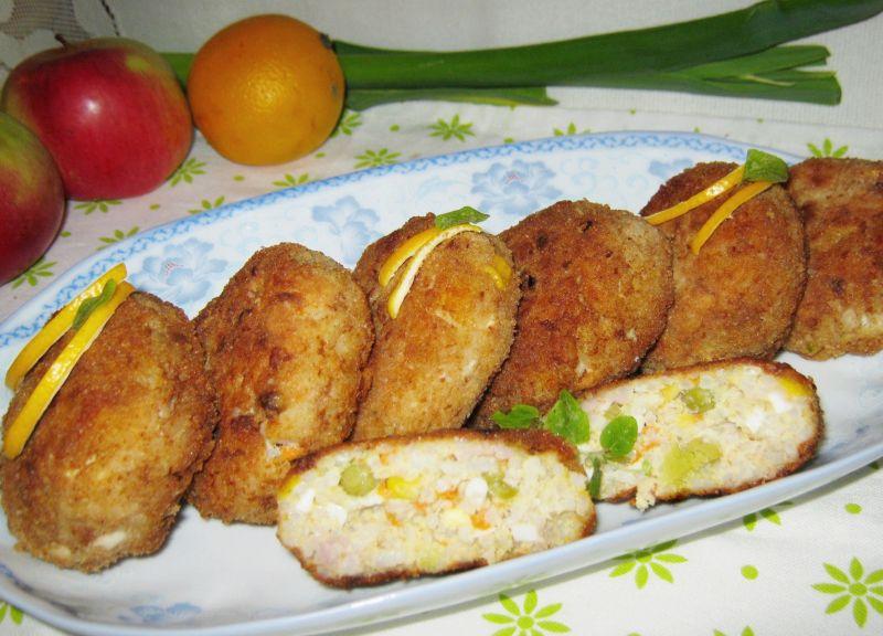 Kotlety ryżowe z jajkiem i dodatkami