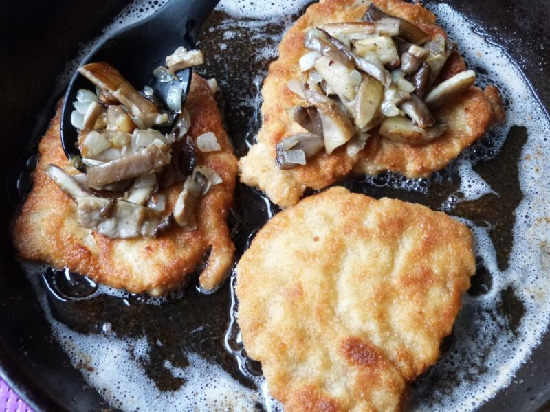 Kotlety schabowe z boczniakami i serem