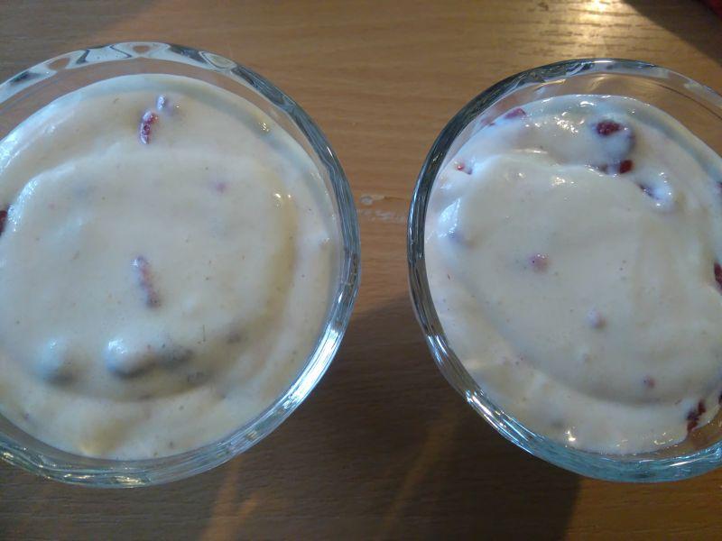 Kremowy deser z manny z malinami