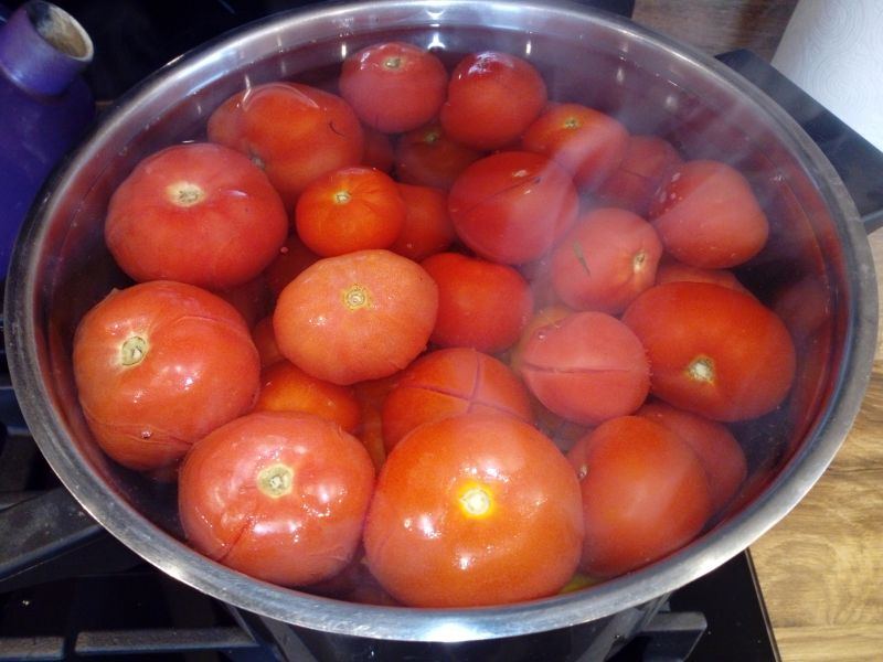 Krojone pomidory w słoikach