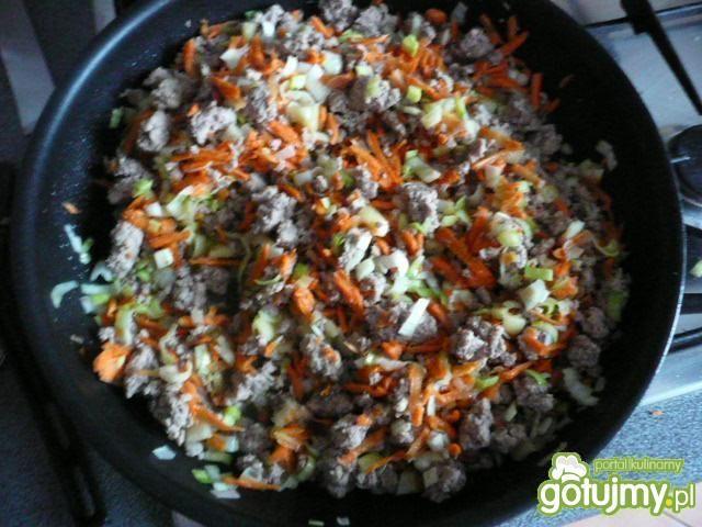 Krokiety z mięsem, warzywami i sosem