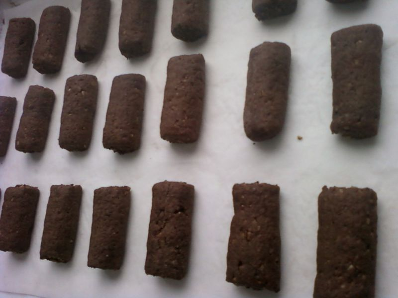 Kruche ciasteczka orzechowe z czekoladową nutą