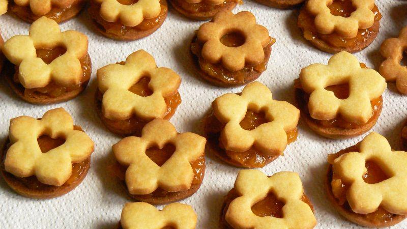 Kruche ciasteczka przełożone morelami