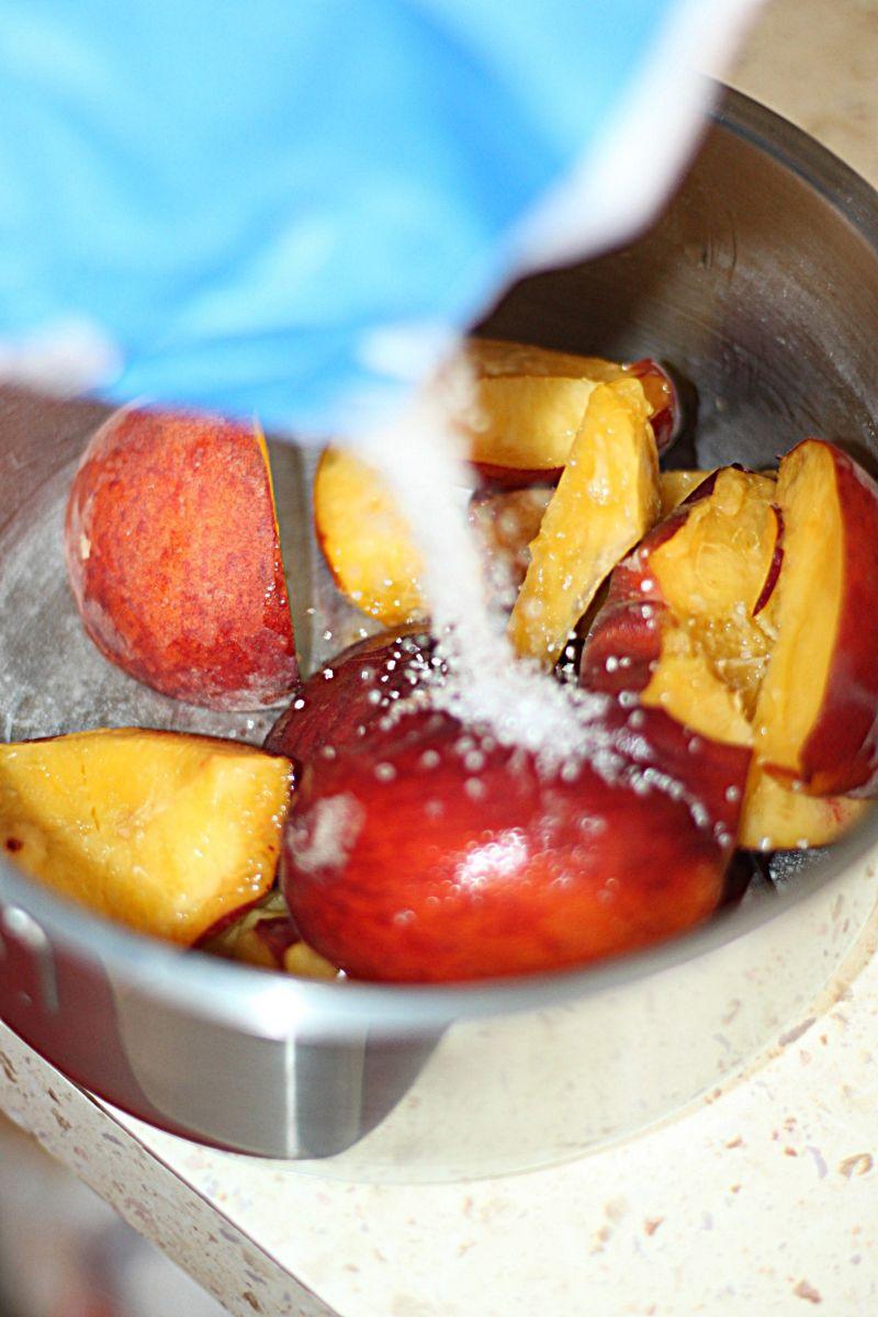 Kruche ciasto z brzoskwiniami i bezą