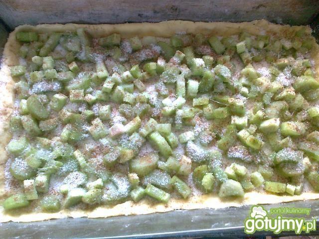 Krucho-drożdżowe ciasto z rabarbarem