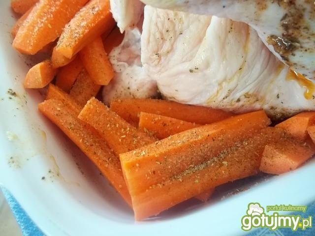 Kurczak pieczony z marchewką