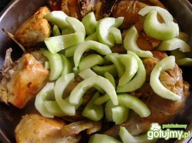 Kurczak w sosie ogórkowym
