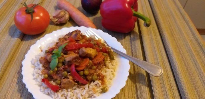 Kurczak w warzywach podany z ryżem