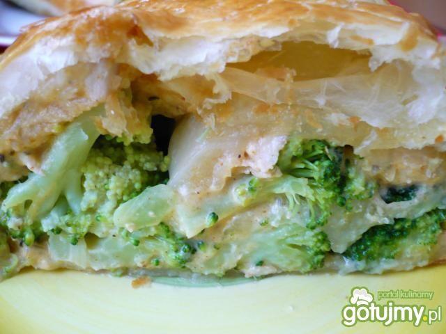 Kurczak z brokułami w cieście francuskim