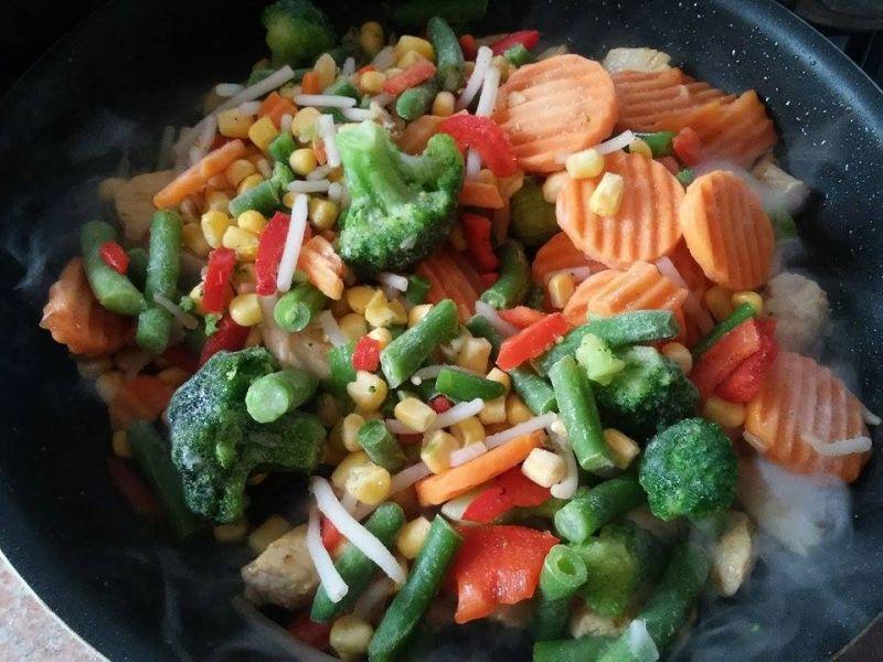 Kurczak z warzywami po włosku na ryżu