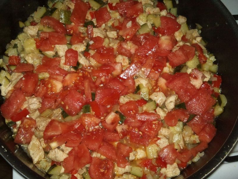 Kuskus z kurczakiem, cukinią i innymi warzywami