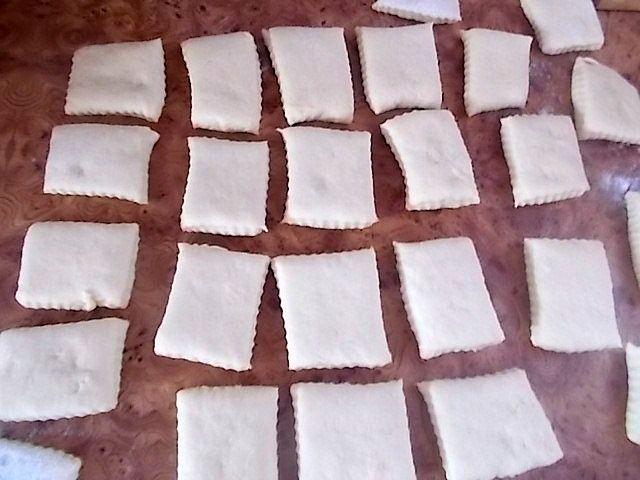 Kwadratowe ziemniaczane pączki z kremem