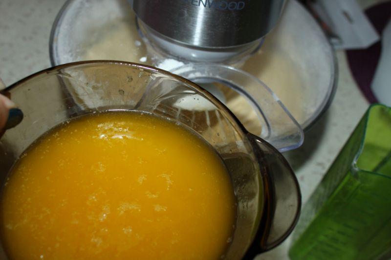 Łaciate ciasto z owocami