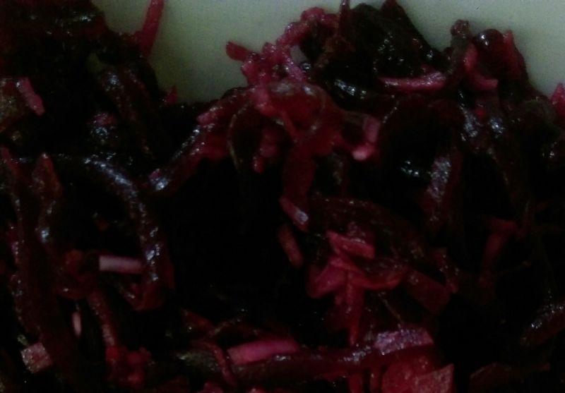 Lekka sałatka śledziowa z buraczkiem i oliwkami