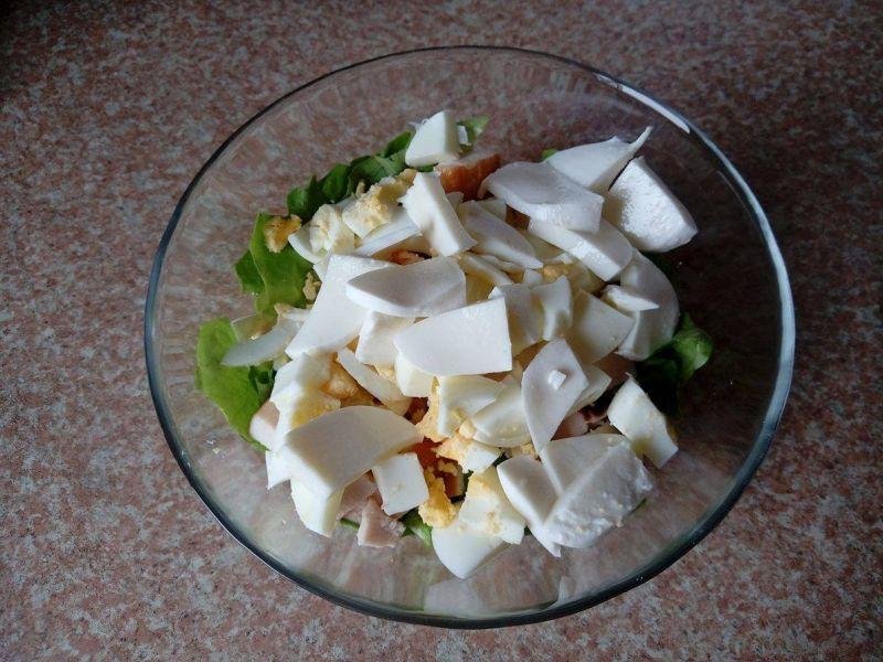 Lekka sałatka z kurczakiem mozzarellą i ogórkiem