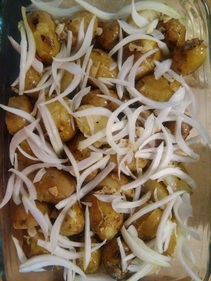 Lekko pikantne pieczone młode ziemniaczki