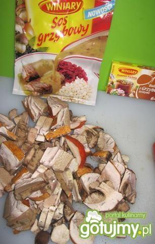 Leśne grzyby z penne i sosem grzybowym