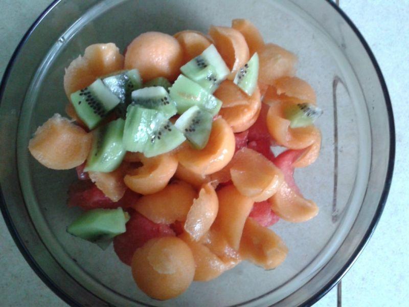 Letnia sałatka owocowa z arbuzem i melonem