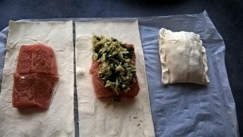 Łosoś w cieście francuskim z selerem i jarmużem