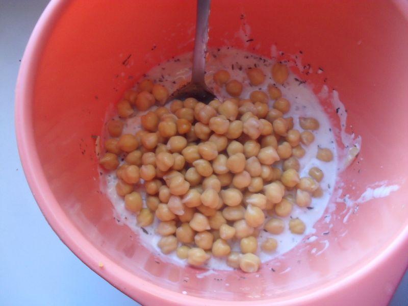 Łosoś w sosie serowym z ciecierzycą