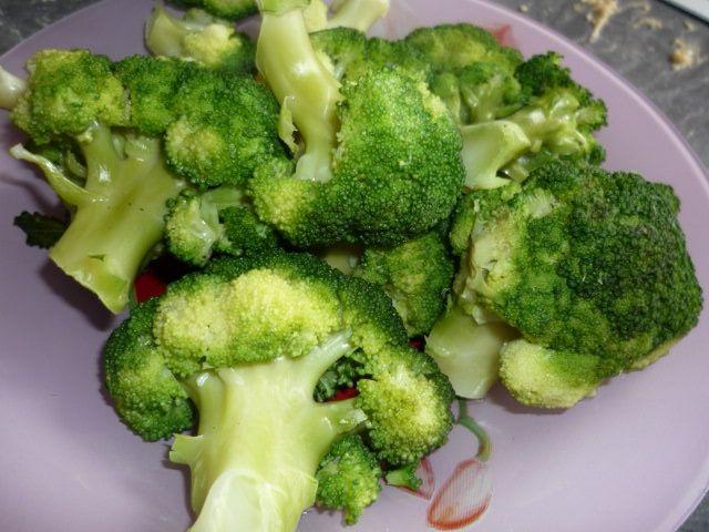 Łosoś z makaronem i brokułami