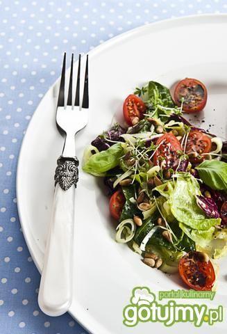 Łosoś z sałatą i orzechami pini
