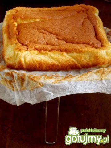 Magiczne ciasto  z truskawkową pianką