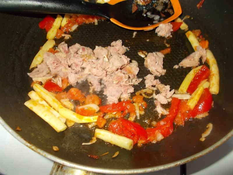 Makaron chiński z kiełbasą krakowską i warzywami