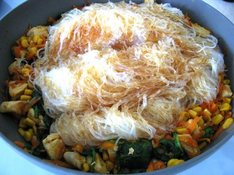 Makaron chiński z kurczakiem i warzywami
