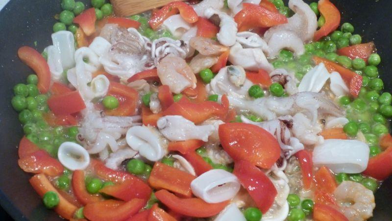 Makaron chow mein z owocami morza