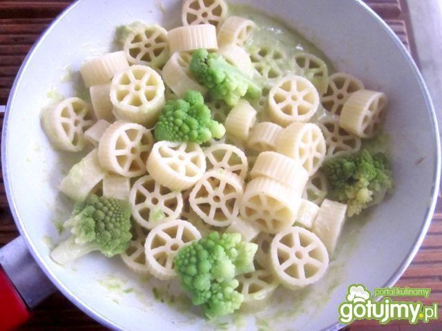Makaron kółka w sosie porowym z brokułem