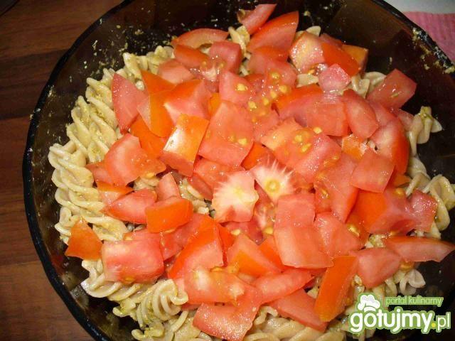 Makaron razowy z pesto i pomidorami