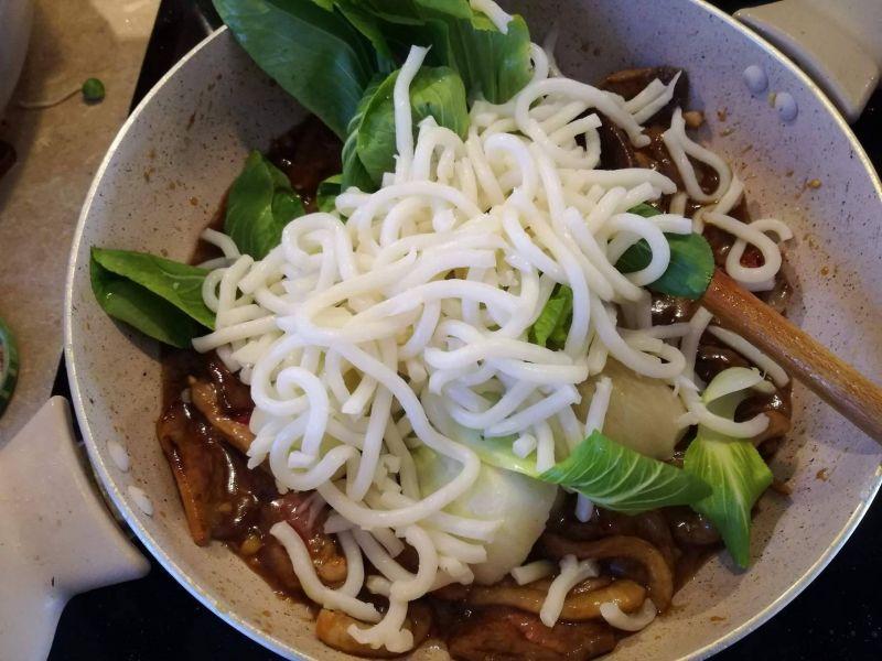 Makaron udon z kaczką w sosie śliwkowym