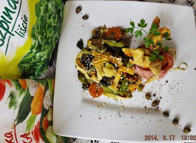 Makaron warzywny z złotym kurczakiem w boczku