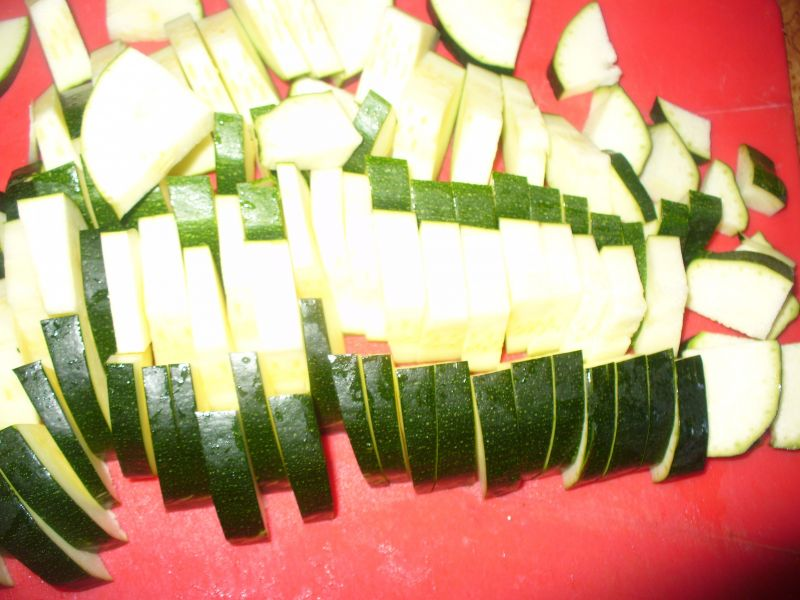 Makaron wstążki pełne ziarno z cukinią i pomidorem