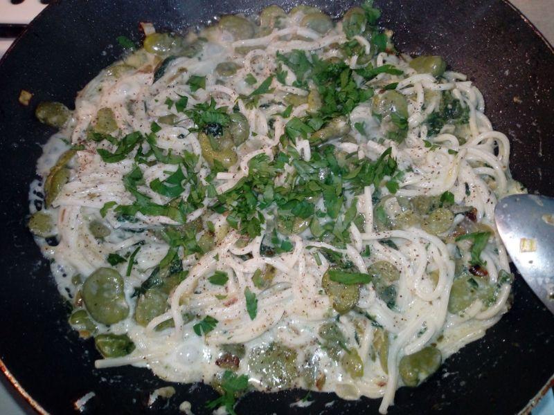 Makaron z bobem i szpinakiem w sosie śmietanowym