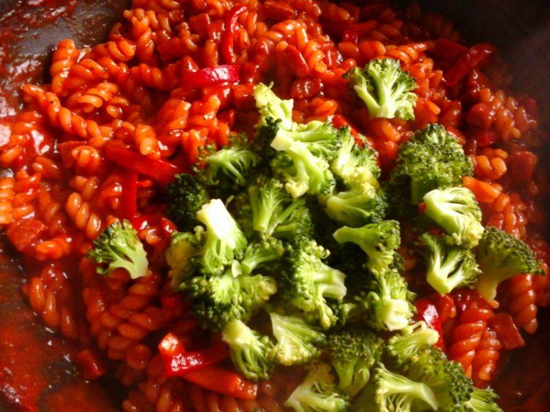 Makaron z brokułami i innymi dodatkami