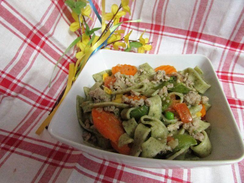 Makaron z czosnkiem niedźwiedzim i warzywami