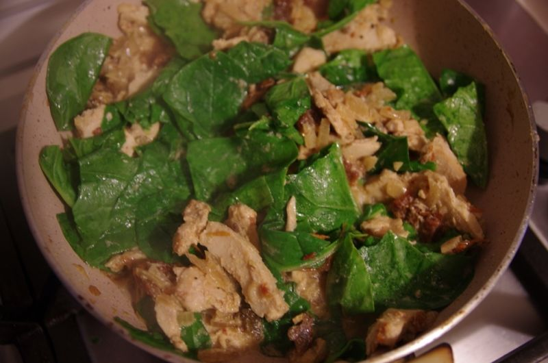 Makaron z kurczakiem i szpinakiem