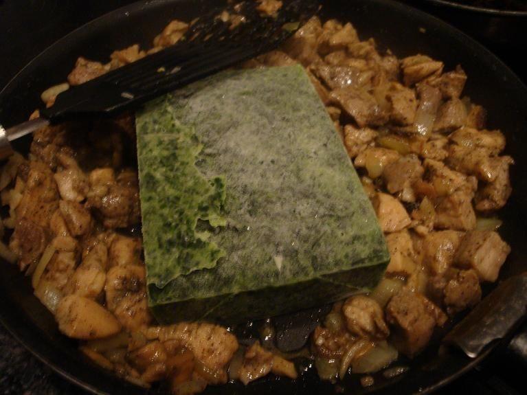 Makaron z kurczakiem i szpinakiem w sosie serowym
