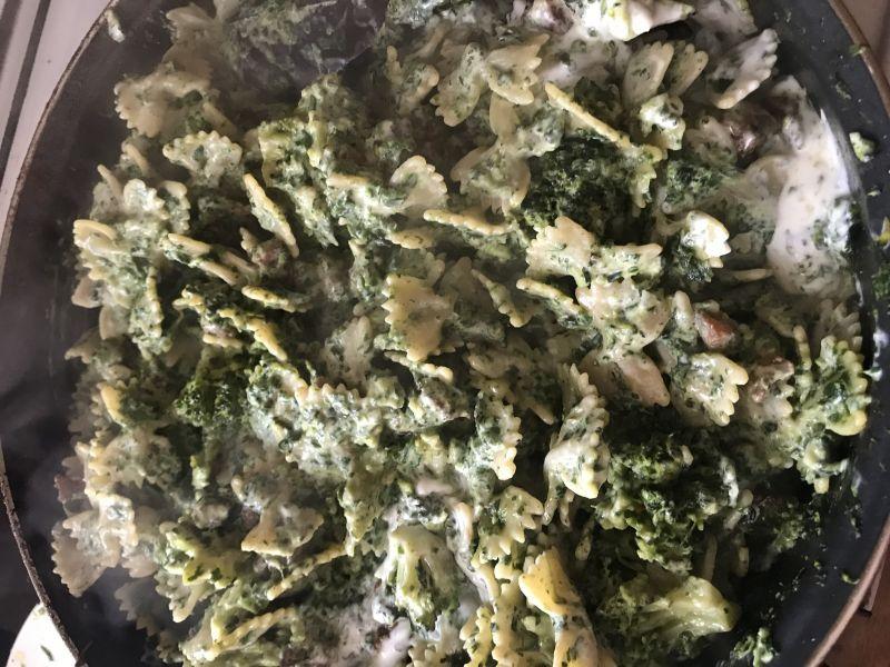 Makaron z kurczakiem, szpinakiem i brokułami