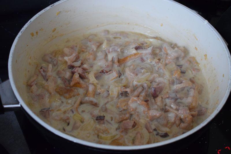 Makaron z kurkami i boczkiem w sosie śmietanowym